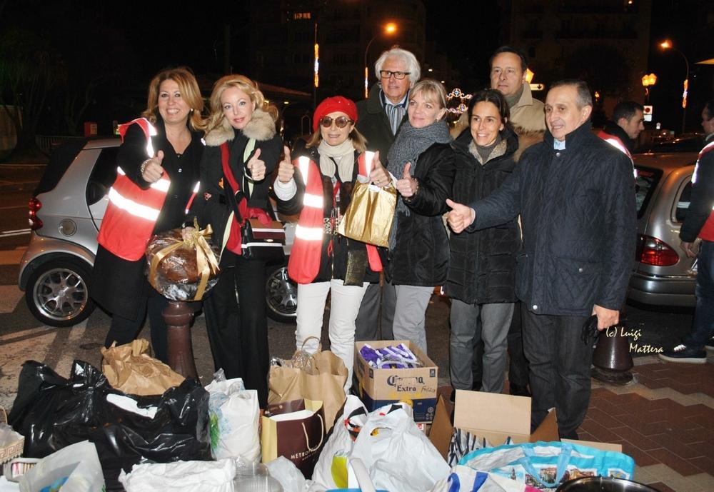 S.A.R. la Principessa Camilla di Borbone delle Due Sicilie con i volontari dell'Associazione e la Fondatrice Bruna Maue Cassio durante la distribuzione notturna di generi di prima necessità ai più bisognosi.