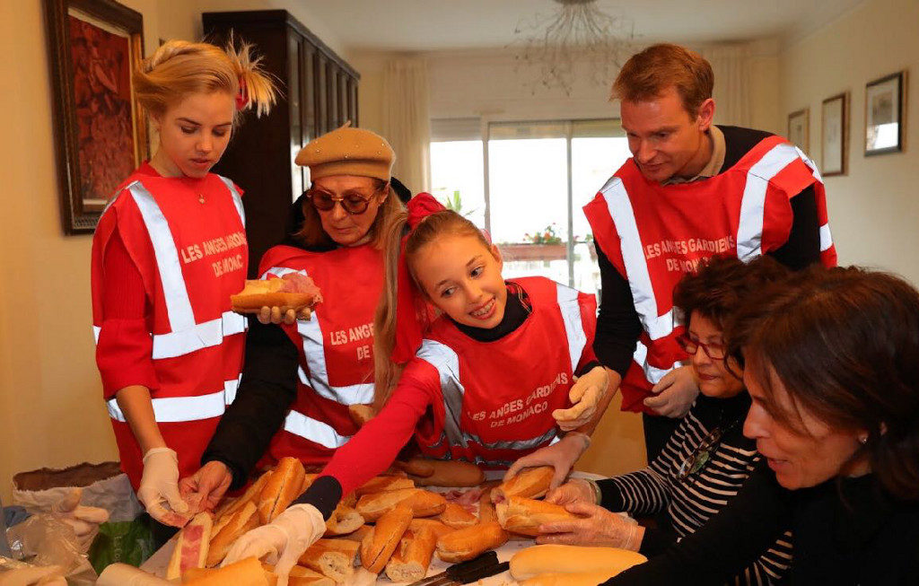 """Le Principesse Maria Carolina e Maria Chiara supportano """" l'Associazione Les Anges Gardiens de Monaco"""" con la preparazione dei pasti per i più bisognosi che verranno consegnati a Nizza"""